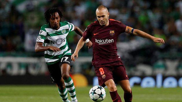 Barcelonský Andres Iniesta a Gelson Martins ze Sportingu v zápase LM.