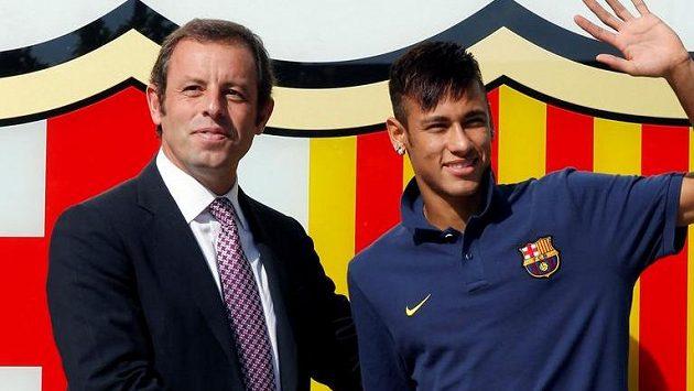 Neymar na archivním snímku v době, kdy přestupoval do Barcelony