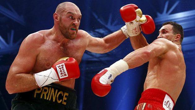 Brit Tyson Fury (vlevo) ve vítězném duelu s Vladimirem Kličkem.