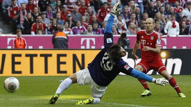 Arjen Robben z Bayernu překonává mohučského brankáře Christiana Wetkla.