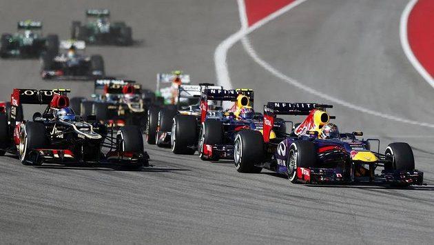 Šampión F1 Sebastian Vettel (vpravo) na trati.