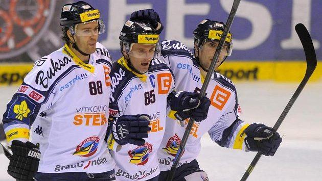 Radost vítkovických hokejistů (zleva) Tomáše Kudělky, Jiřího Burgera a Rostislava Olesze.