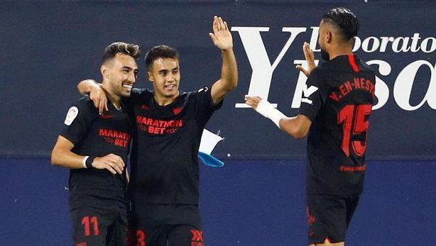 Fotbalisté Sevilly se radují z gólu.