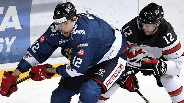 Fin Marko Anttila (vlevo) v souboji s Geoffem Kinradem z Kanady.