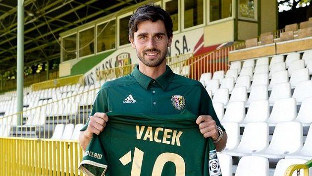 Kamil Vacek oblékne zelený dres Vratislavi s číslem 10.