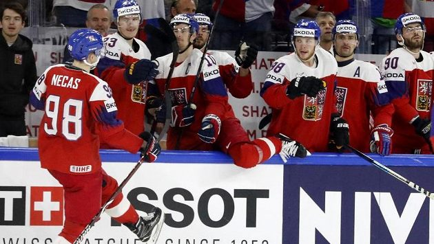 Martin Nečas oslavuje se spoluhráči svoji trefu proti Francii - ilustrační foto.