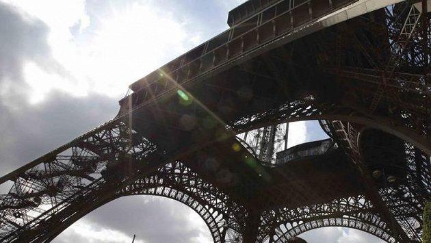 Eiffelova věž, symbol Paříže, která usiluje o OH.