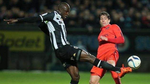 Cheick Ndoye (vlevo) z Angers v souboji se zadákem Maxwellem z Paris St. Germain.