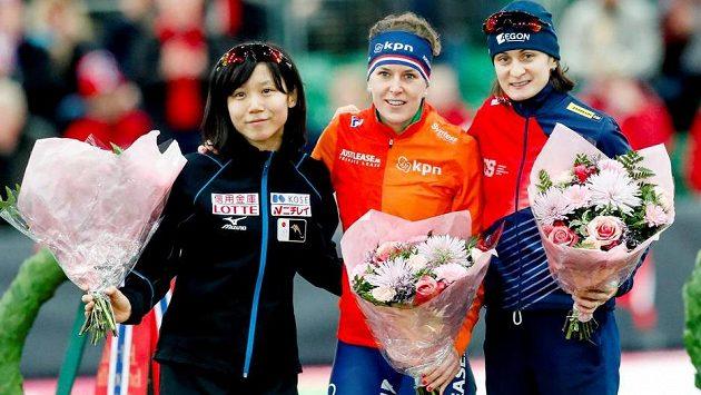 Medailistky z MS ve víceboji, zprava stříbrná Martina Sáblíková, uprostřed zlatá Nizozemka Wüstová a vlevo bronzová Japonka Takagiová.