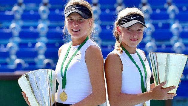 Linda Fruhvirtová (vlevo) a Brenda Fruhvirtová po zisku titulu juniorských mistryň světa
