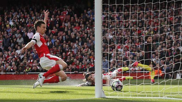 Leroy Sané (zcela vpravo) z Manchesteru City střílí první gól ligového duelu proti Arsenalu.