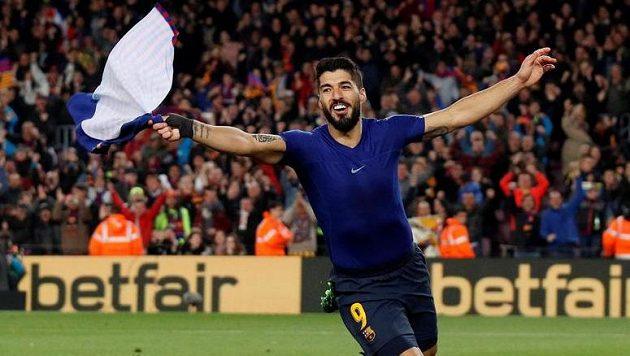 Útočník Barcelony Luis Suárez se svlečeným dresem oslavuje svůj gól proti Atlétiku Madrid.