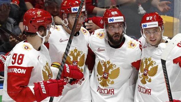 Hokejisté Ruska se radují z branky do sítě Lotyšska