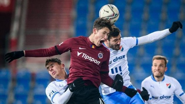 Sedmnáctiletý sparťanský stoper Martin Vitík během ligového debutu v Ostravě.