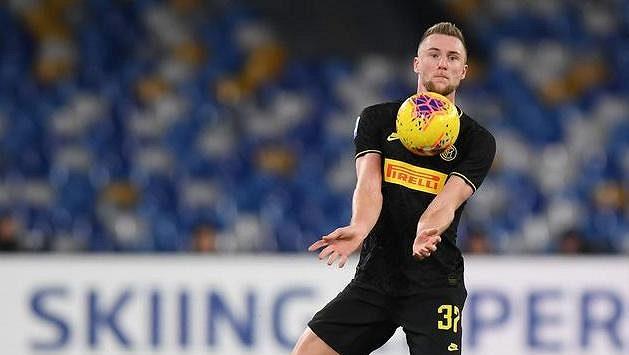 Milan Škriniar zpracovává balon v utkání 18. kola Serie A proti Neapoli.