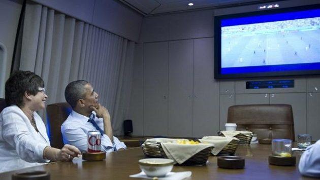 Duel Němců s Američany sledoval americký prezident Obama na palubě letadla.