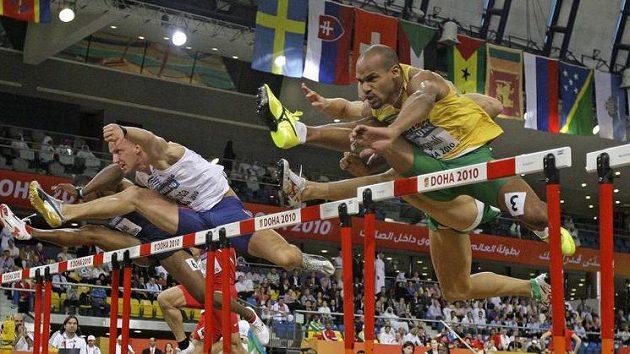 Český atlet Petr Svoboda (vlevo) při finále závodu na 60 metrů překážek na HMS v Dauhá.