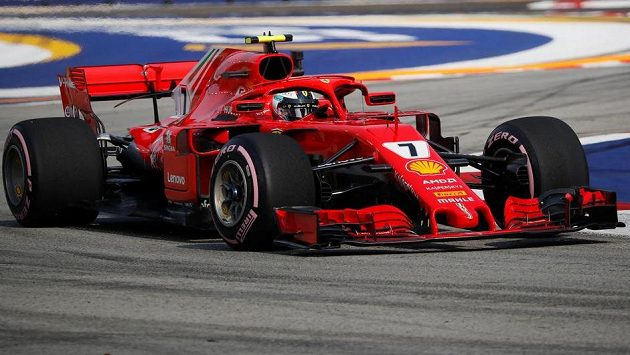 Kimi Räikkönen ze stáje Ferrari během tréninku na Velkou cenu Singapuru.