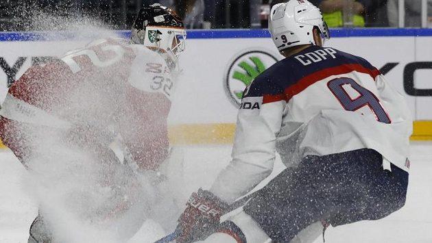 Dánský brankář Sebastian Dahm v ledové tříšti při utkání s USA.