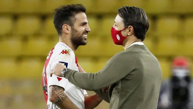 Kouč Monaka Niko Kovač se op zápase raduje s Cesc Fábregasem.