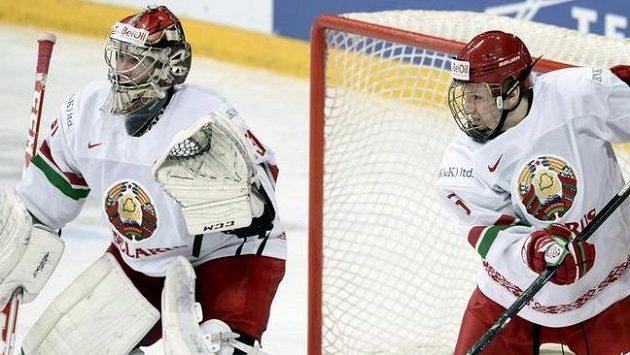 Běloruský hokejista Ilja Suško a brankář Ivan Kulbakov v zápase MS dvacítek.