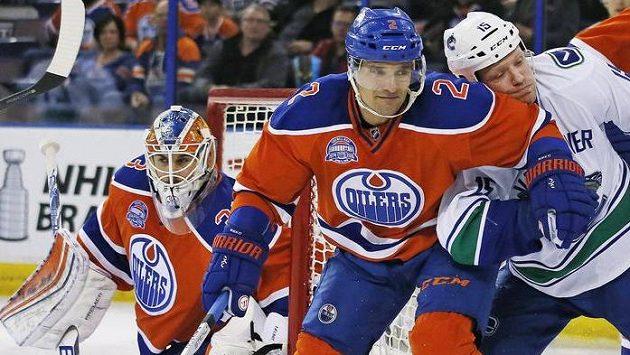 Slovenský obránce Edmontonu Andrej Sekera (uprostřed) v souboji s Derekem Dorsettem z Vancouveru.
