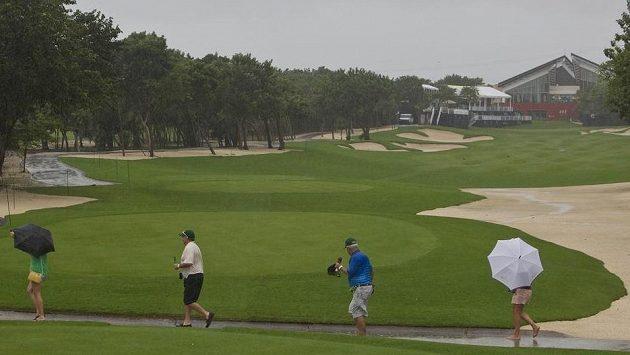 Golfové hřiště v dešti.