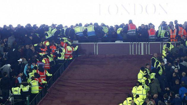 Policie a pořadatelé se marně snažili od sebe fanoušky Chelsea a West Hamu oddělit.