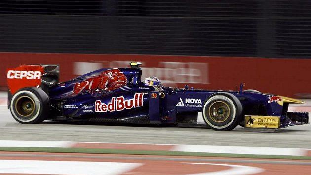 Na snímku pilot Ricciardo, který závodí za stáj Toro Rosso. Jeho tým patří mezi ty, který se vyslovuje proti rostoucím nákladům v MS formule 1.