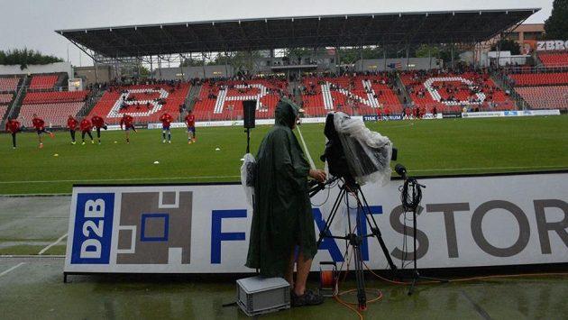 Podmáčené hřiště nedovolilo v červenci sehrát zápas Brna se Slavií.