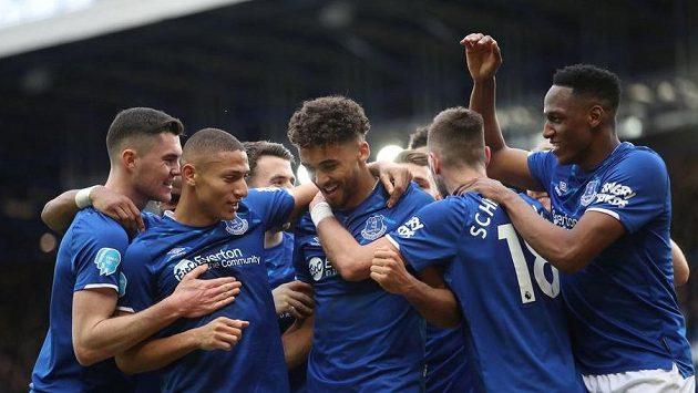 Fotbalisté Evertonu se radují z branky proti Crystal Palace v 26. kole Premier League.