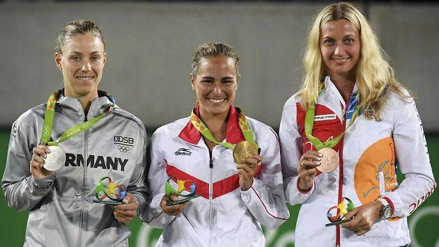 Tři nejlepší tenistky olympijské dvouhry: (zleva) stříbrná Němka Angelique Kerberová, vítězka Mónica Puigová z Portorika a bronzová medailistka Petra Kvitová.