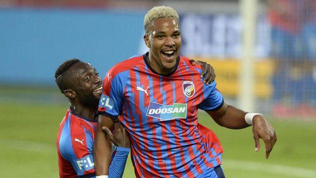 Jean-David Beauguel z Plzně se raduje z gólu proti Spartě v ligovém duelu. Vlevo je Joel Kayamba.