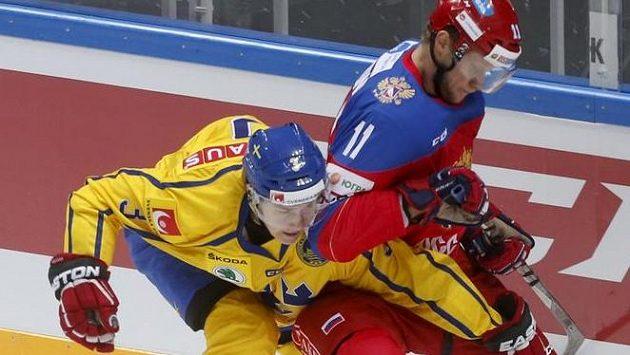Švédský zadák Tom Nilsson (vlevo) v souboji se Sergejem Andronovem z Ruska.