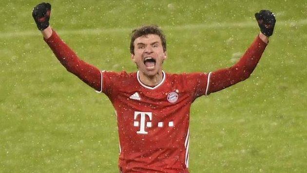 Thomas Müller se raduje z branky, kterou rozhodl o výhře Bayernu Mnichov nad Freiburgem.