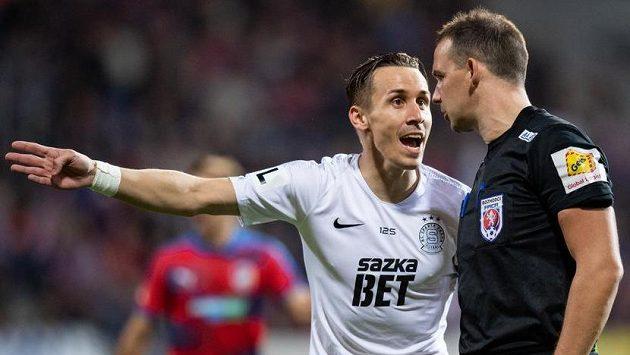 Josef Šural ze Sparty a rozhodčí Pavel Julínek během utkání v Plzni.