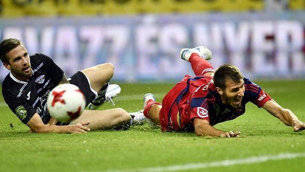 Z utkání 1. předkola Evropské ligy: o míč bojují Milan Savič (vlevo) z týmu Balzan a Marko Scsepovics z Videotonu Székesfehérvár.