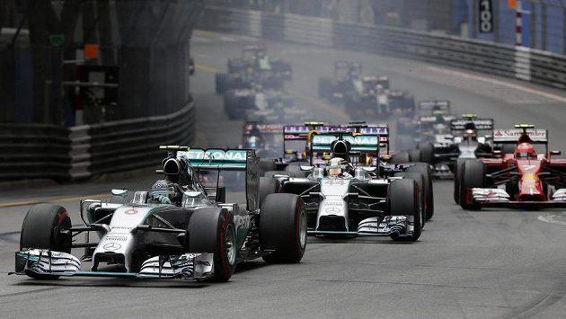 Nico Rosberg se ujal vedení v Monte Carlu hned po start a držel ho i v cíli.
