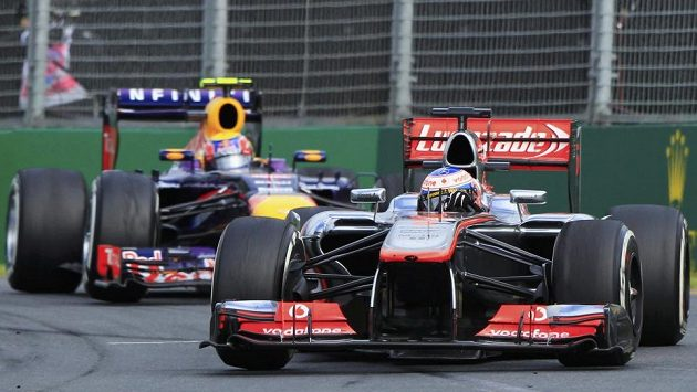 Webber z Red Bullu stíhá Buttona z McLarenu .