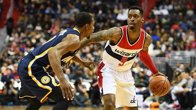 Sheldon McClellan (9) z Washingtonu a Aaron Brooks (00) z Indiany.