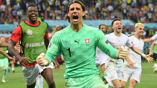 Euforie švýcarské radosti poté, co brankář Yann Sommer zlikvidoval pokutový kop Kyliana Mbappého a posunul svůj tým do čtvrtfinále EURO.