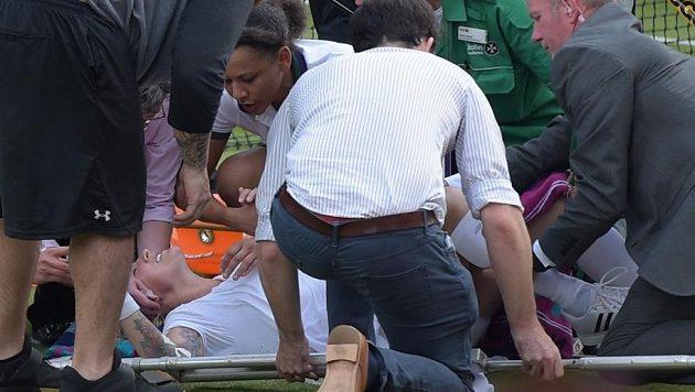 Zdravotnící ošetřují zraněnou americkou tenistku Bethanii Mattekovou-Sandsovou.