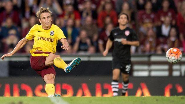 Bořek Dočkal střílí druhý gól do sítě Thunu.