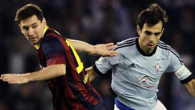 Borja Oubina (vpravo) z Viga bojuje o míč s hvězdou Barcelony Lionelem Messim.