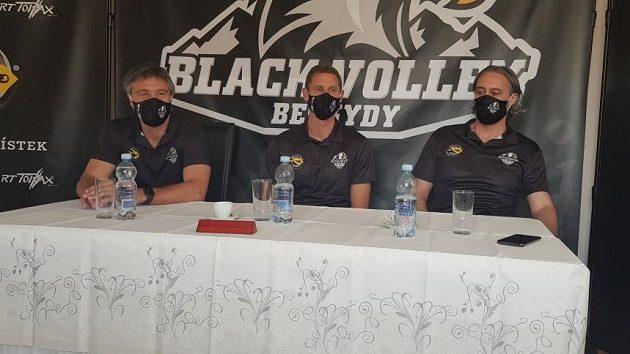 Jakub Salon (uprostřed), trenér Black Volley Beskydy.