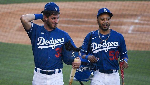 Mookie Betts (50) a Cody Bellinger (35) z Los Angeles Dodgers.