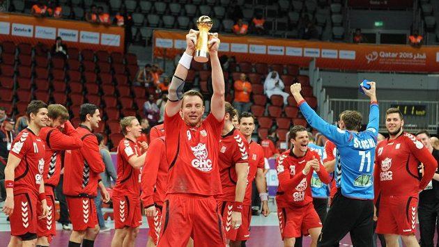 Kapitán Filip Jícha s Prezidentským pohárem za 17. místo na MS.