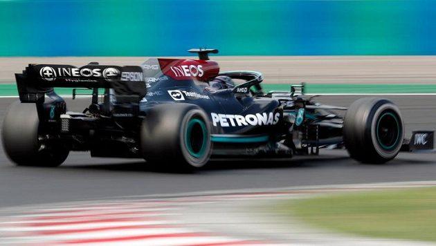 Pilot Mercedesu Lewis Hamilton v akci na Hungaroringu.