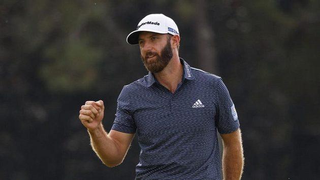 Americký golfista Dustin Johnson se raduje ze zisku titulu na Masters.