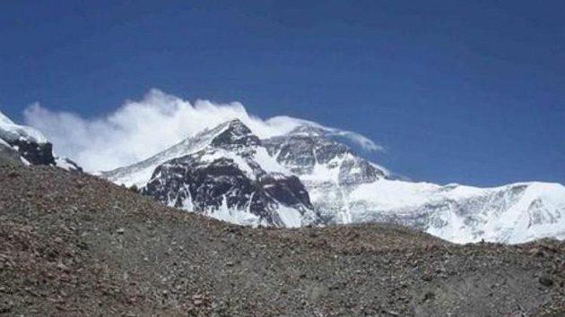 Pohled na vichrem bičovaný vrchol Mt. Everestu (8850 m)